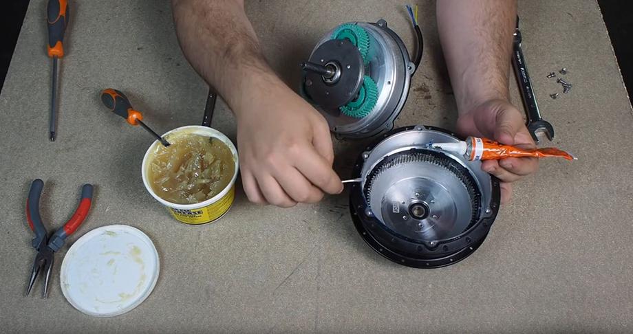 Nettoyage, graissage et remontage du moteur roue