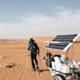 Rechargement de la batterie grâce à un panneau solaire. Batterie solaire.