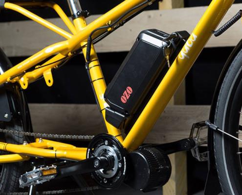 Batterie Lithium placée sur le cadre d'un vélo électrique